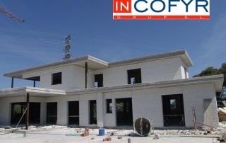 casa con fachada blanca