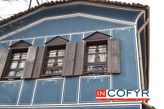 Fachada azul de una casa antigua