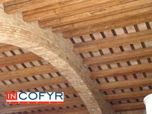 Techo de madera y azulejos