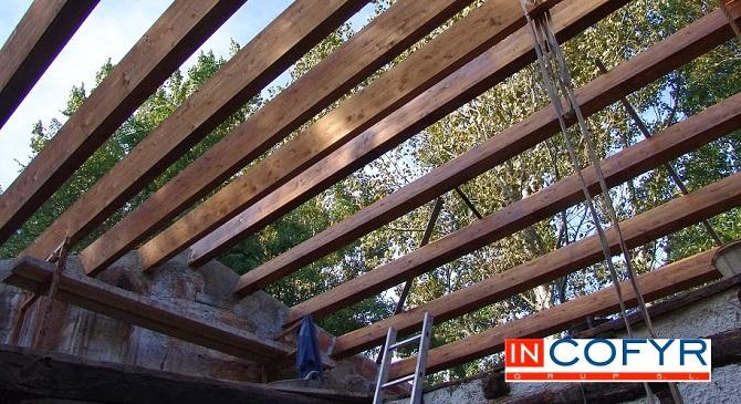 Colocaci n de barbacanas de madera en un tejado antiguo - Como colocar vigas de madera ...