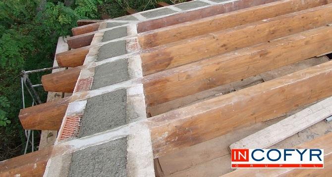 Colocaci n de barbacanas de madera en un tejado antiguo for Tejados de madera vista