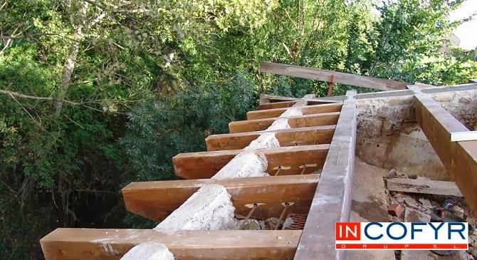Barbacanas de madera en un tejado antiguo
