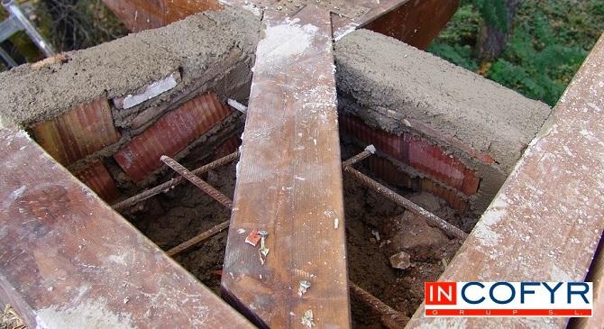 zuncho de hormigón entre las bigas de madera
