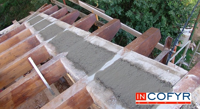 Colocaci n de barbacanas de madera en un tejado antiguo for Tejado de madera o hormigon