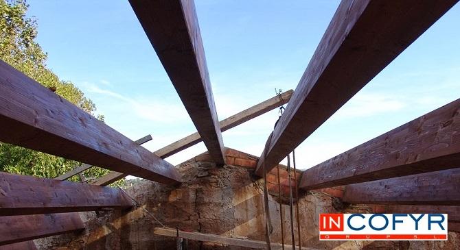 Colocaci n de barbacanas de madera en un tejado antiguo - Tejado de madera ...