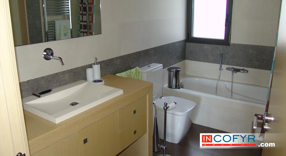 Baños Con Azulejos Grandes:Reforma de baños en Barcelona – Antes y después – Incofyr