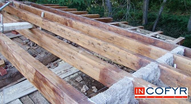 Colocación de barbacanas de madera en casa antigua
