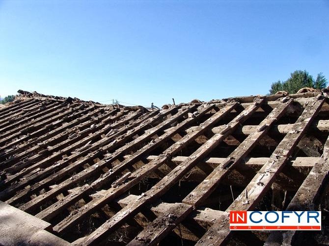 Colocaci n de barbacanas de madera en un tejado antiguo for Tejados de madera modernos