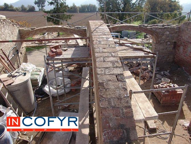 Ladrillos puestos en la gran arcada rustica