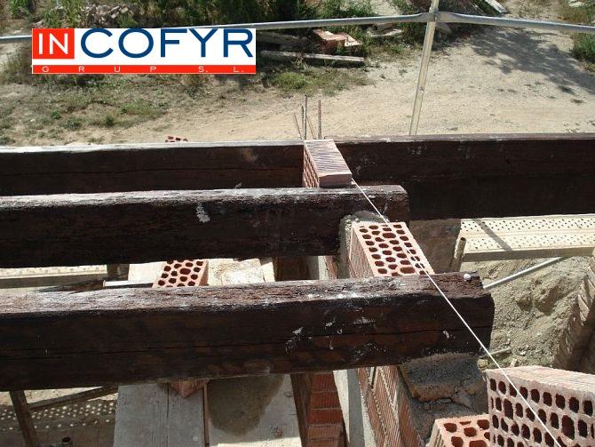 Alineación de las vigas de madera en nuestro tejado