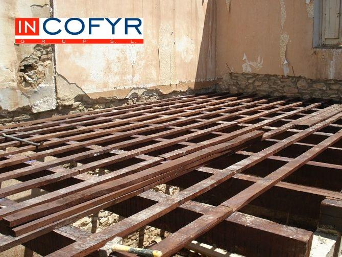 En esta foto vemos el montaje de las vigas de madera en nuestr techo rustico