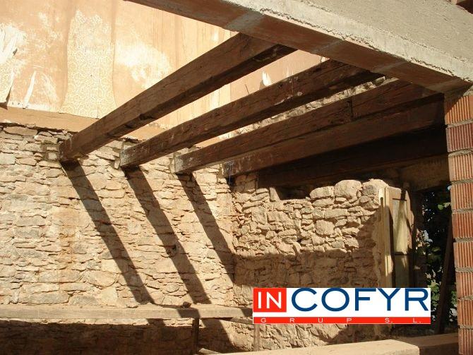 Techos de madera r sticos en barcelona incofyr - Como colocar vigas de madera ...