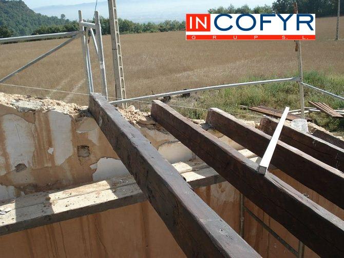 Alineación de las vigas de madera en nuestro tejado inclinado