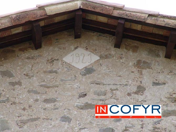 Barbacana de madera con una teja para proteger la madera de la intemperie