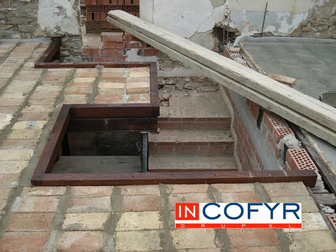 Rematamos la parte de la escalera con madera del mismo estilo que el techo