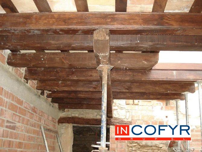 Tenemos el techo de madera apuntalado justo en la zona de la escalera