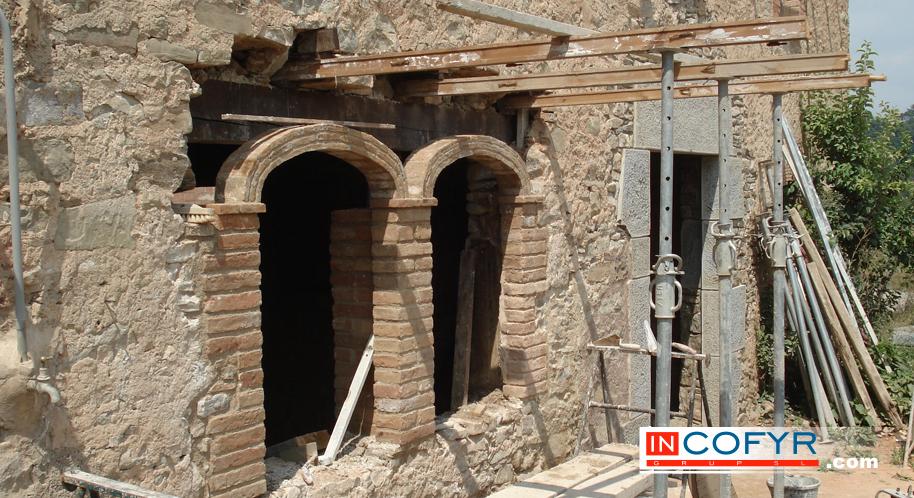 Restauraci n de ventanas con arcos de ladrillo incofyr for Fachadas de ladrillo rustico